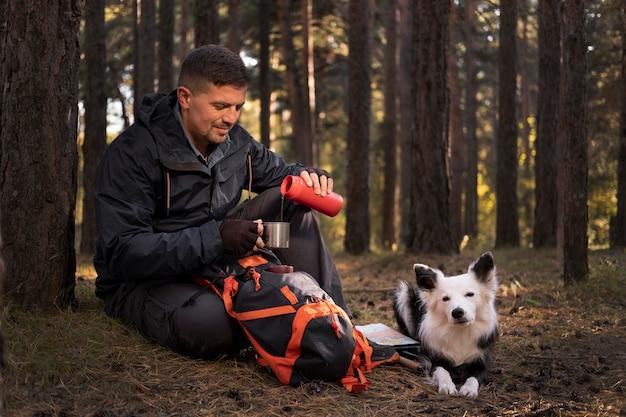 Красивая черно-белая собака и карта питья