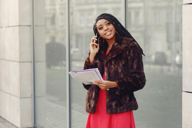 Bella donna d'affari nera in una città di primavera