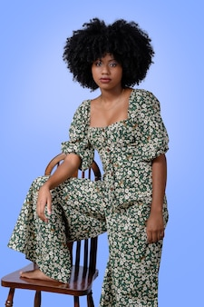 青い背景で隔離の美しい黒モデルの女の子