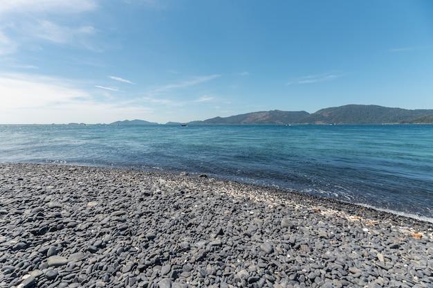 タイのリペ島の熱帯の海にある美しい黒い石のビーチまたはkohhin ngam