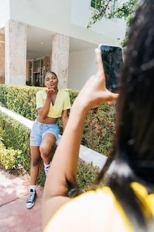 Красивые черные девочки-подростки проводят время вместе