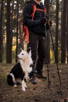 Bellissimo cane bianco e nero e il suo padrone