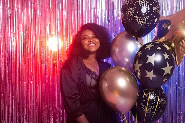 パーティーライフスタイルを楽しんでいる美しい黒人女性。誕生日パーティー、クラブ、休日のコンセプト。