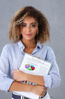 Красивый портрет чернокожей женщины. держит буфер обмена