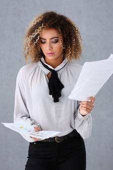 Красивый портрет чернокожей женщины. держит бумажные документы