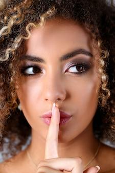 아름 다운 흑인 여성 초상화입니다. 그녀는 입술을 열어