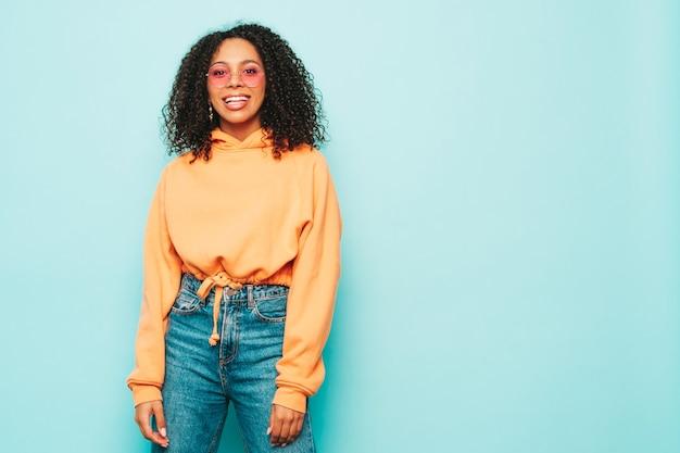 Bella donna di colore con acconciatura afro ricci