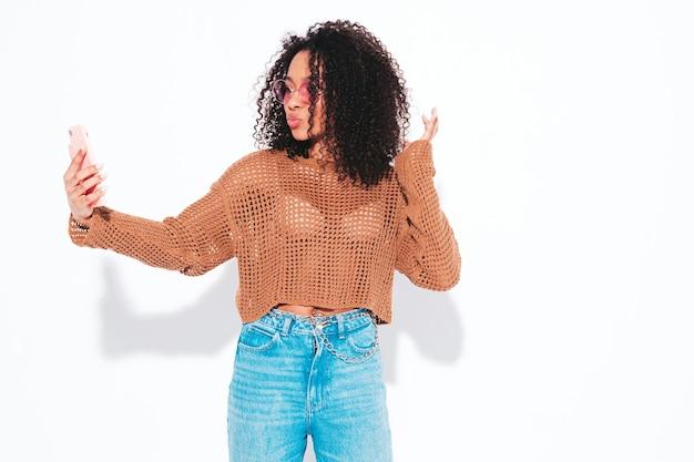 アフロカールの髪型を持つ美しい黒人女性