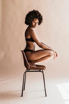 アフロヘアソーシャルテンプレートを持つ美しい黒人女性