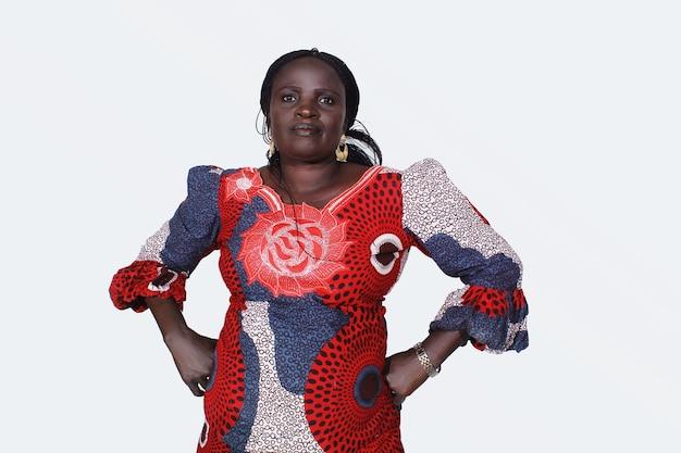 Красивая темнокожая женщина с руками на плечах, африканская мать