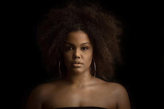 化粧とbijouterieを持つ美しい黒人女性