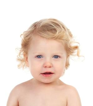 孤立した巻き毛を持つ美しいブロンドの赤ちゃん
