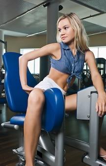 체육관에서 아름 다운 금발 소녀