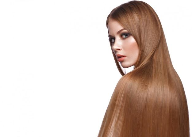 Красивая блондинка с идеально гладкими волосами