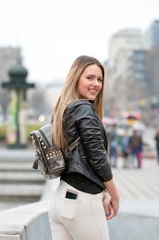 걷는 아름 다운 금발 섹시 관광 소녀