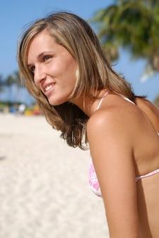 ビーチでビキニの美しいブロンドのセクシーな女性