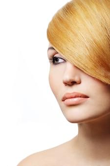 美しい金髪の女性-創造性の髪型