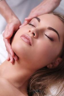 Красивая блондинка женщина, получающая массаж