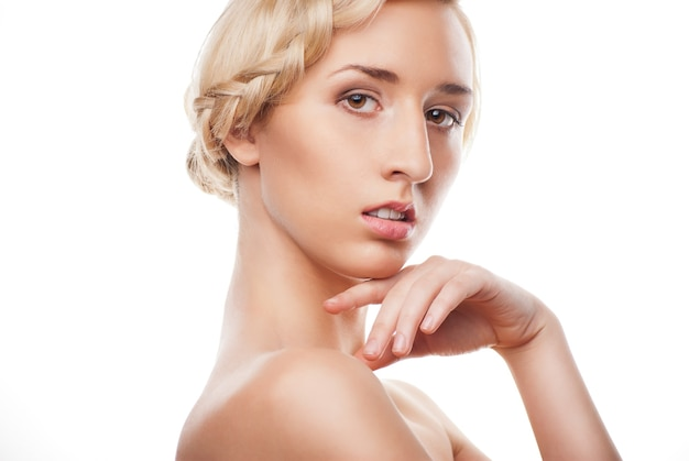 흰색에 변발의 요소와 패션 헤어스타일을 가진 아름 다운 금발 여자