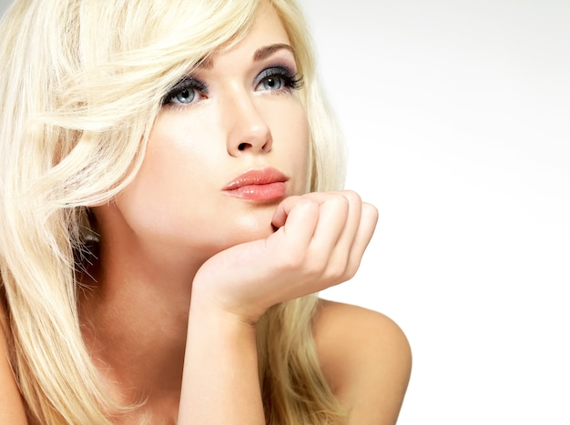 スタイルの髪型のポーズで美しいブロンドの女性