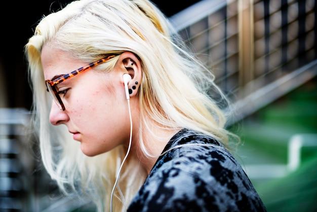 美しい金髪カジュアルエクササイズファッション若者のコンセプト