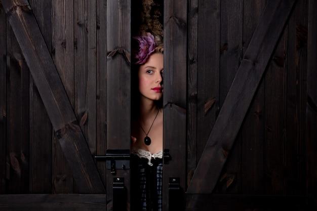 빈티지 헤어 스타일과 코르셋 아름다운 금발의 countess