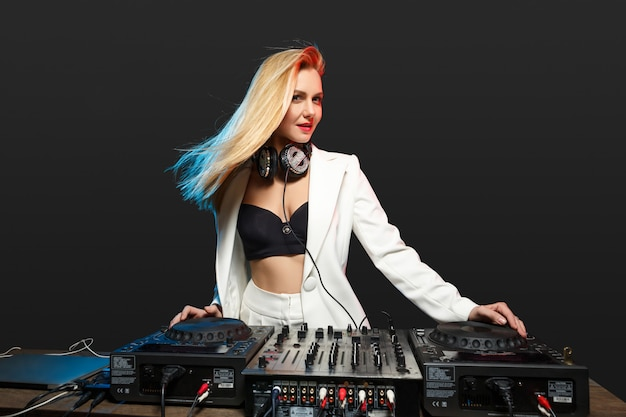 Красивая блондинка dj девушка на палубе - вечеринка,