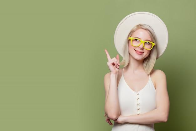メガネと白い帽子で美しいブロンドの女の子