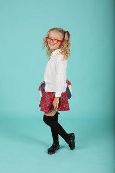 シャツのスカートに眼鏡をかけた美しいブロンドの女の子ブリーフケースを持った女子高生