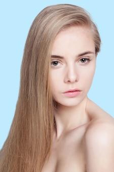 Красивая блондинка с длинными волосами на синем фоне