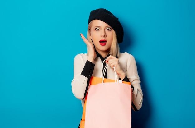 買い物袋を持つ美しいブロンドの女の子
