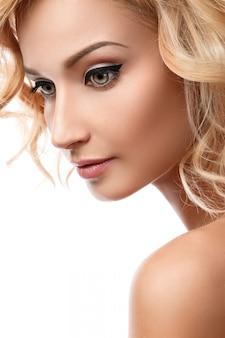 美しいブロンドの女の子 Premium写真