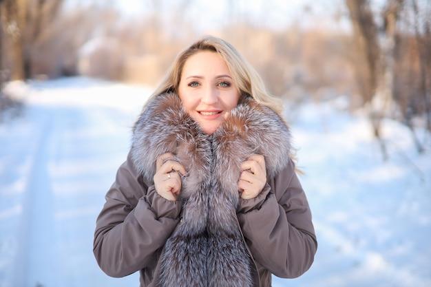 Красивая блондинка в куртке с меховым воротником