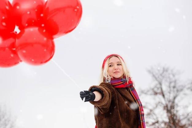 아름다운 금발 발렌타인 데이에 풍선을 가자