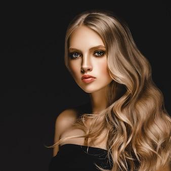 Красивая белокурая женщина девушка модели красоты с совершенным составом и стилем причёсок над черной предпосылкой.
