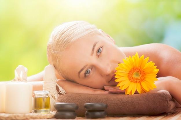 Красивая блондинка женщина, наслаждаясь массажем спины с закрытыми глазами концепция спа-салона