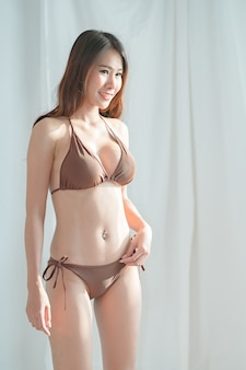 茶色のビキニで美しいブロンドの女性