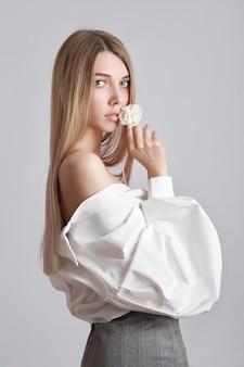 Красивая блондинка в белой рубашке