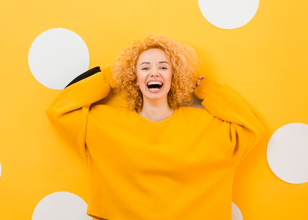 Красивая блондинка улыбается