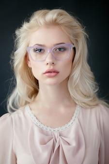 Красивая блондинка в очках