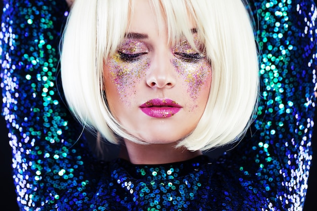 Красивая блондинка с вечеринкой блестит макияж Premium Фотографии