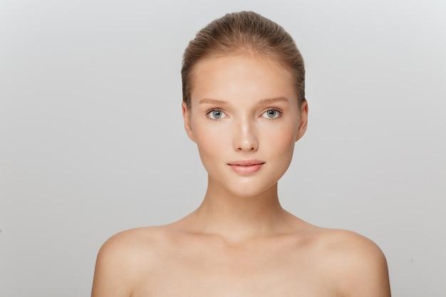 Красивая блондинка с идеальной кожей