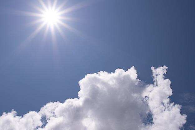 작은 구름이 있는 아름다운 푸른 맑은 하늘 배경