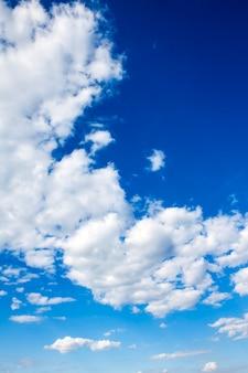 美しい青い曇り空。