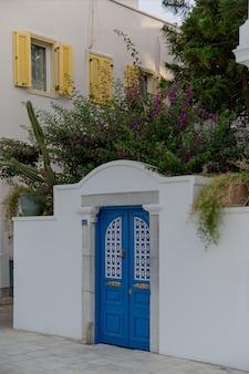 Красивая синяя дверь в белой стене в стиле европейских курортов бодурм турция