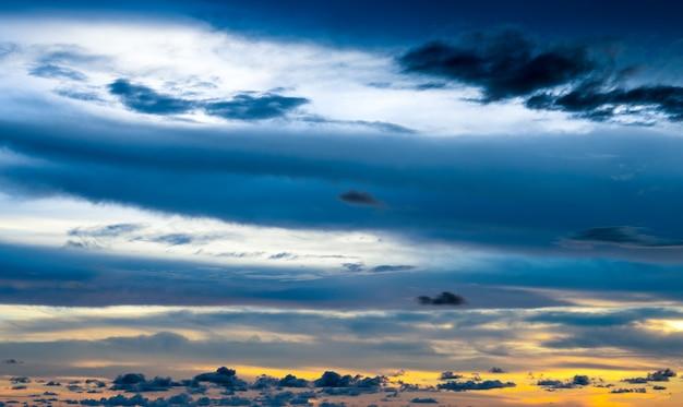 저녁에 아름 다운 푸른 극적인 흐린 하늘