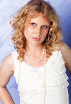 美しい青い目の巻き毛のブロンド