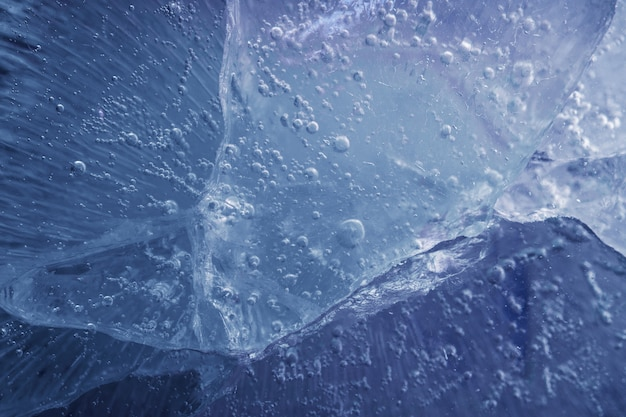ひびの入った美しい青い氷。冷ややかな背景