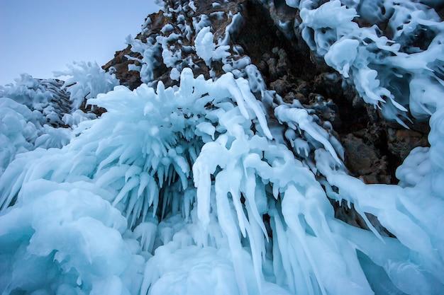 Красивые синие сосульки, висящие на высокой скале