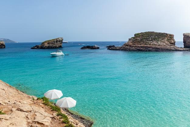 화창한 여름날 청록색 맑은 물 요트와 보트가 있는 아름다운 푸른 석호